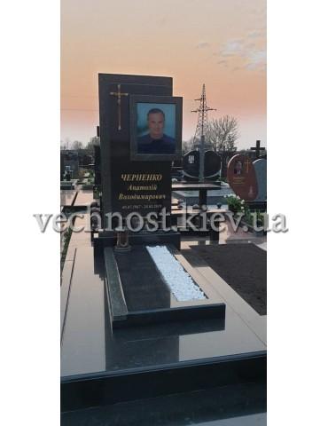 Памятник из черного гранита с фотостеклом
