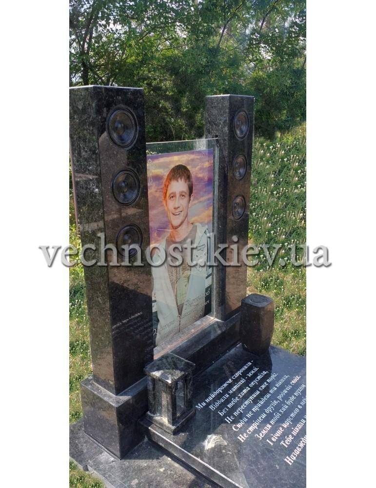 Памятник музыканту из гранита и стекла