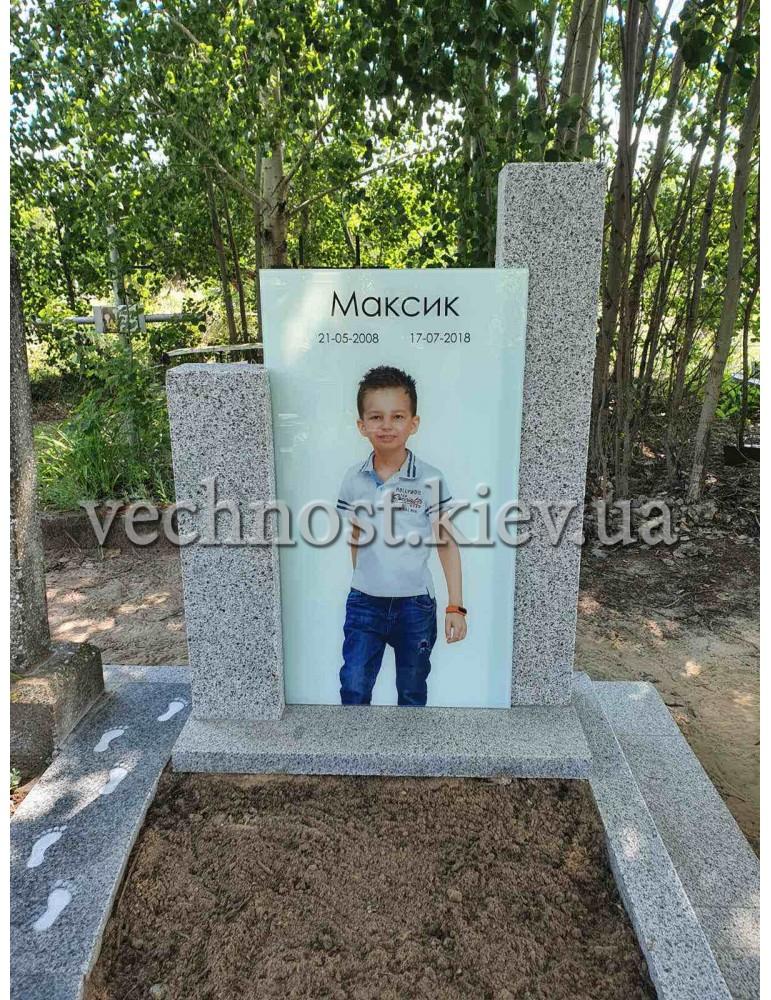 Памятник из пакоста с фотостеклом