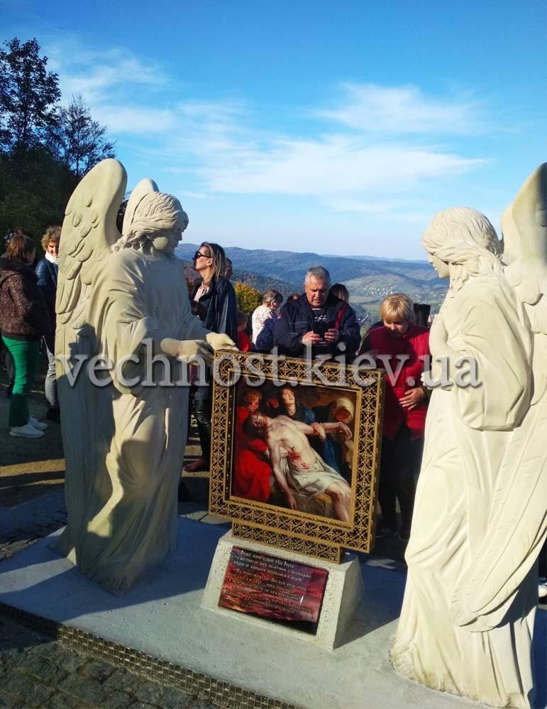 Памятник с двумя ангелами